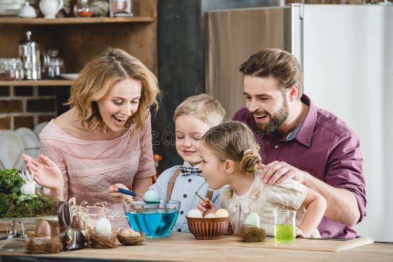 Famille se préparant à Pâques photo stock