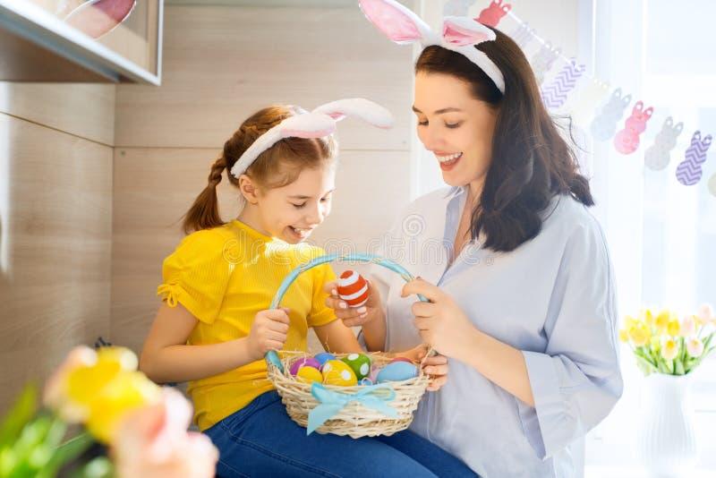 Famille se préparant à Pâques photographie stock libre de droits