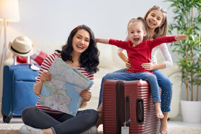 Famille se préparant au voyage photo libre de droits