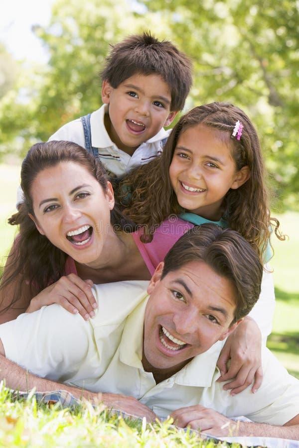 Famille se trouvant à l'extérieur souriant photos libres de droits