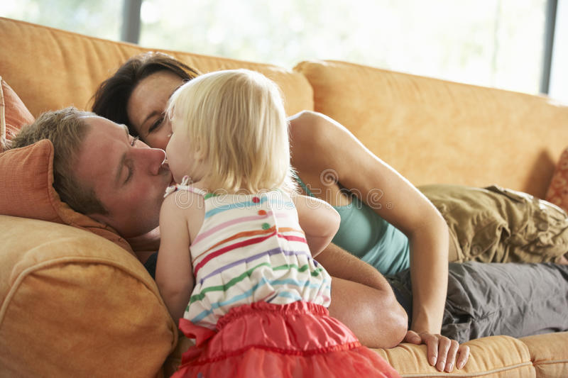 Famille se trouvant sur Sofa At Home images stock