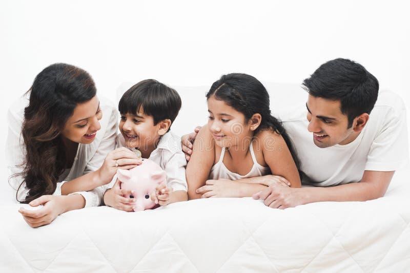 Famille se trouvant sur un lit photos libres de droits