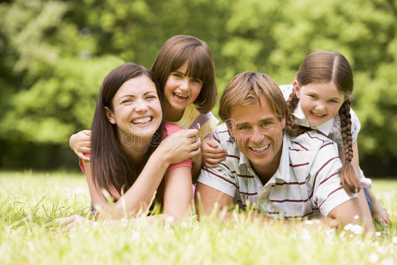 Famille souriant à l'extérieur image libre de droits
