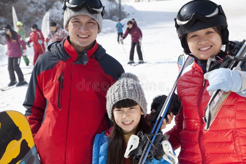 Famille souriant en Ski Resort image libre de droits