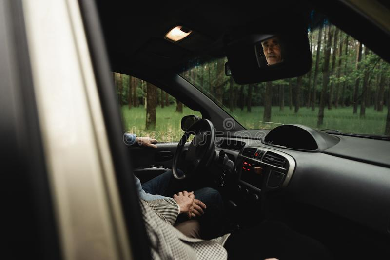 Famille supérieure heureuse à l'intérieur de la nouvelle voiture photos libres de droits