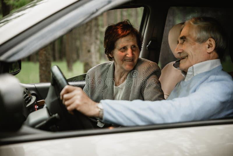 Famille supérieure heureuse à l'intérieur de la nouvelle voiture photo stock