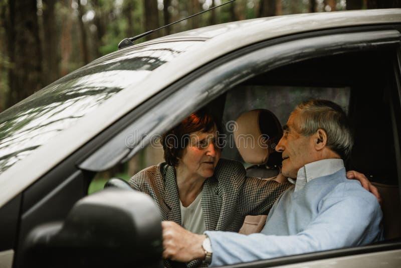 Famille supérieure heureuse à l'intérieur de la nouvelle voiture images stock