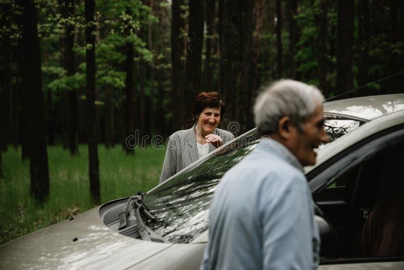 Famille supérieure heureuse à l'intérieur de la nouvelle voiture photographie stock