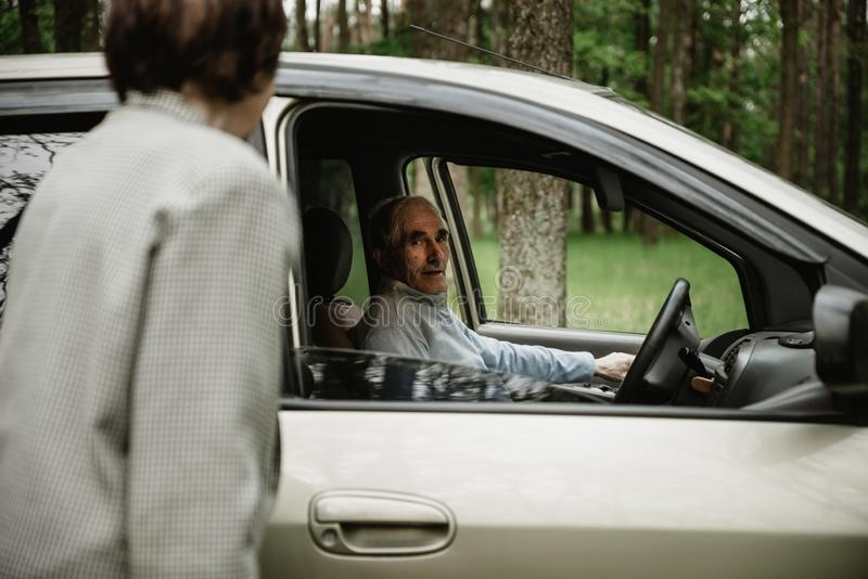 Famille supérieure heureuse à l'intérieur de la nouvelle voiture photo libre de droits
