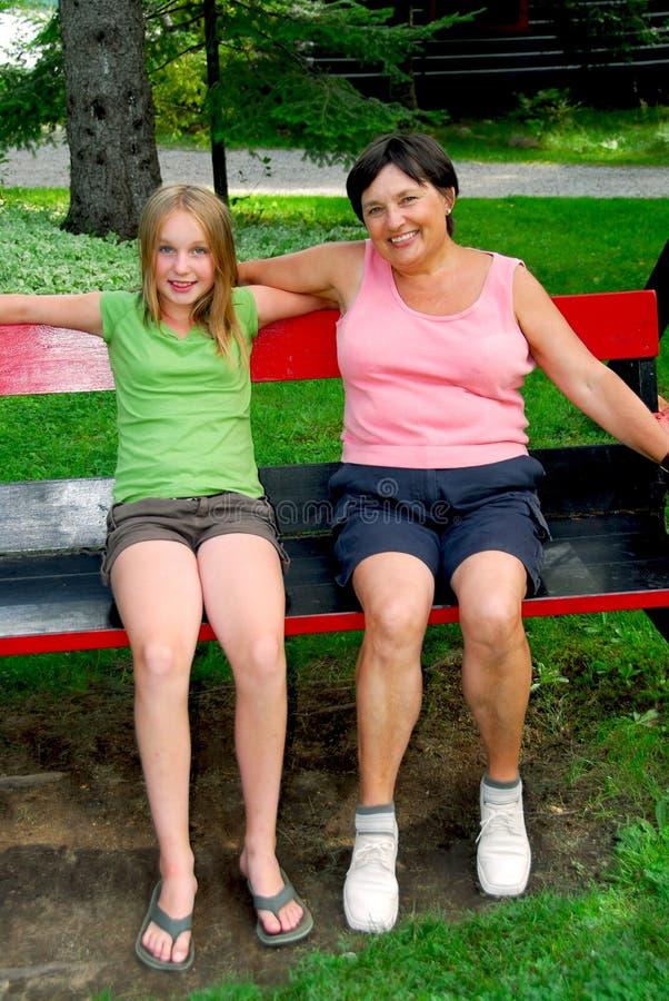 Famille sur des oscillations image stock