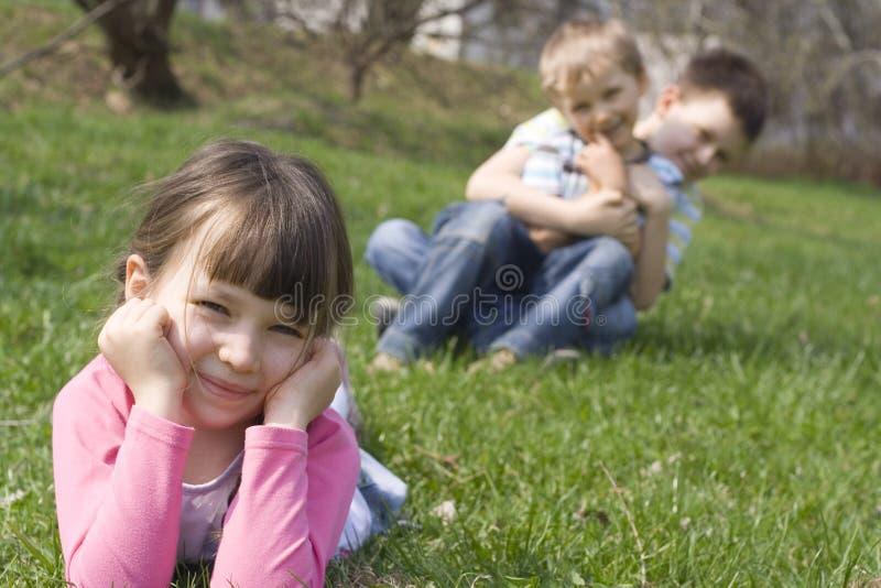 Famille sur l'herbe image stock