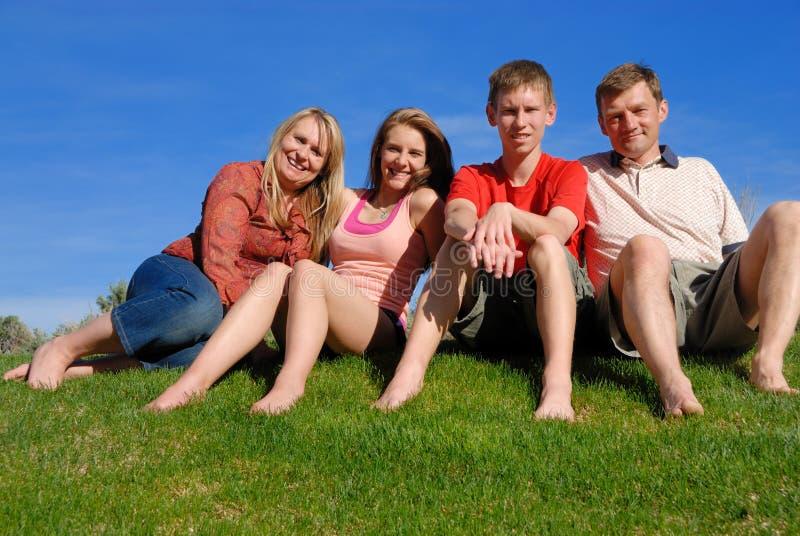 Famille sur l'herbe