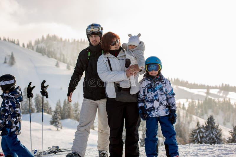 Famille sur l'horaire d'hiver de montagne, Alpes autrichiens, grandmothe photos stock
