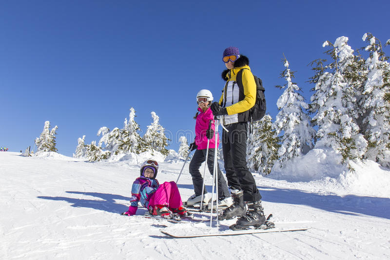 Famille sur la pente de ski photos libres de droits