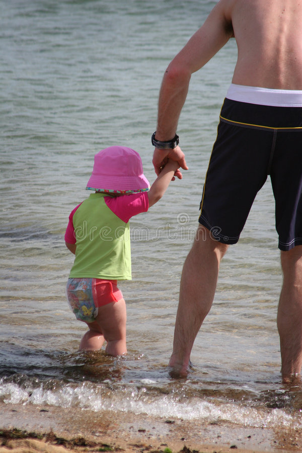 Famille sur la plage photos stock