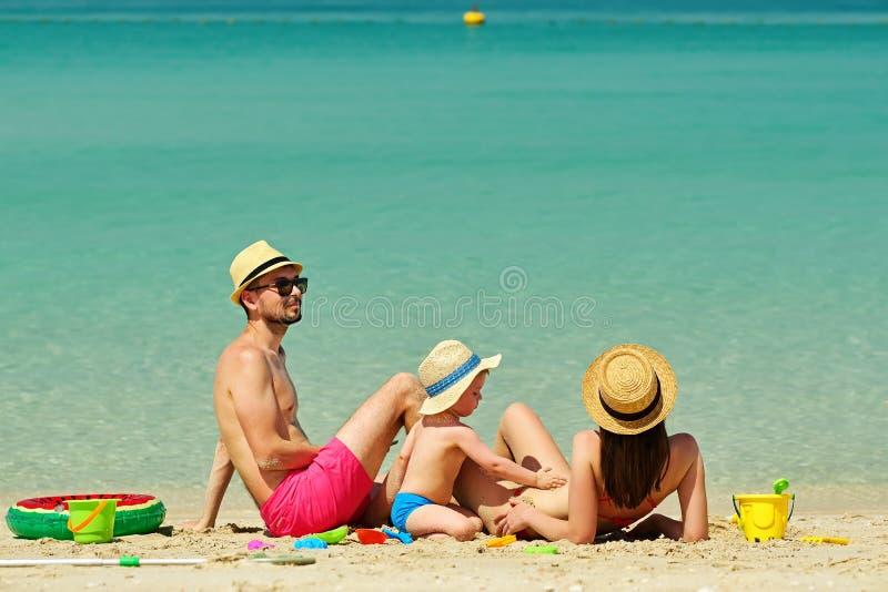 Famille sur la plage Enfant en bas âge jouant avec la mère et le père photos libres de droits