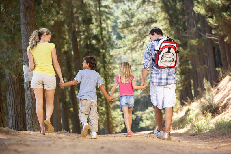 Famille sur la promenade de pays photos stock
