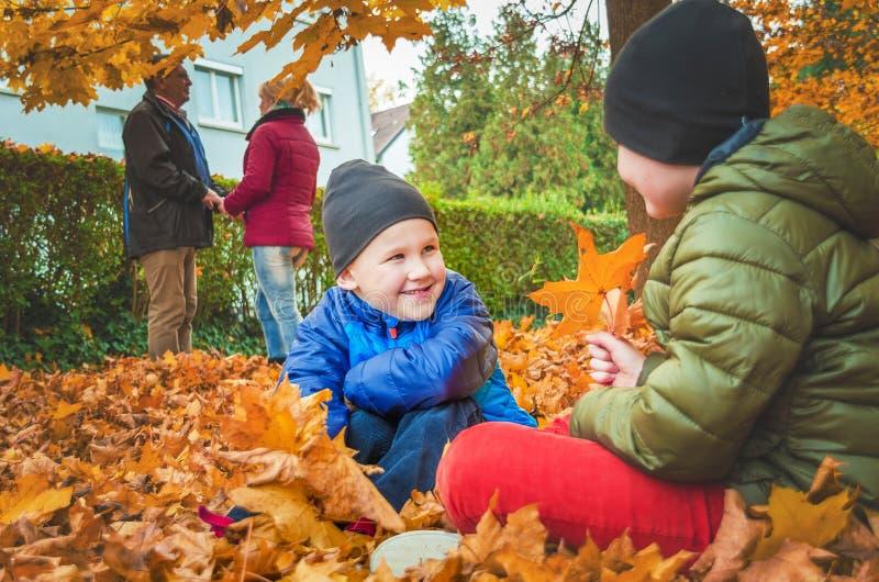 Famille sur la promenade pendant la saison d'automne photo stock