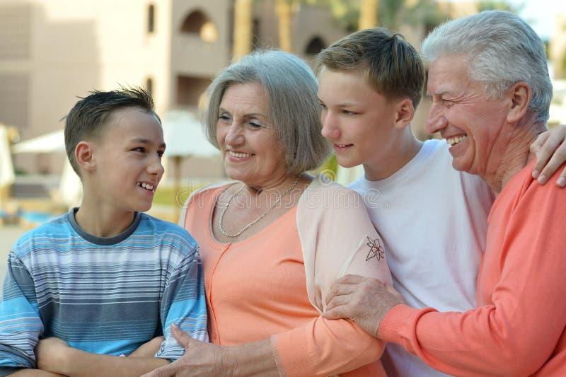 famille sur la station de vacances tropicale photographie stock libre de droits