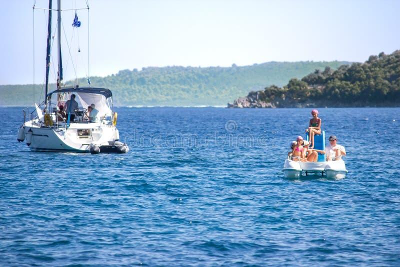 Famille sur le bateau de pédale image libre de droits