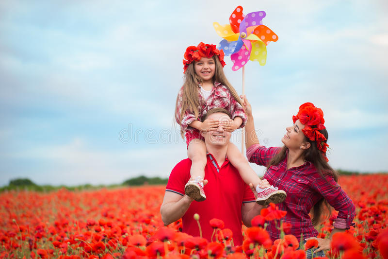 Famille sur le champ de pavot photographie stock libre de droits