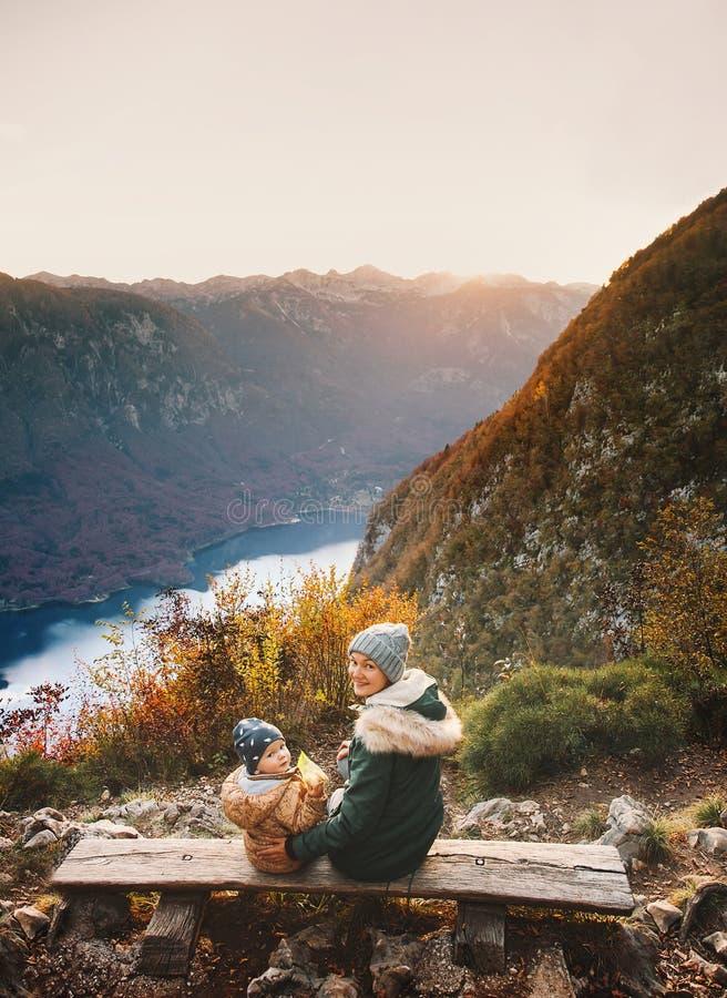 Famille sur le lac Bohinj, Slovénie, l'Europe photo libre de droits