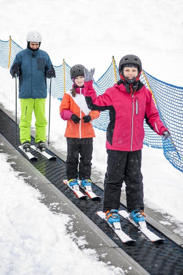 Famille sur le levage de ski photographie stock libre de droits