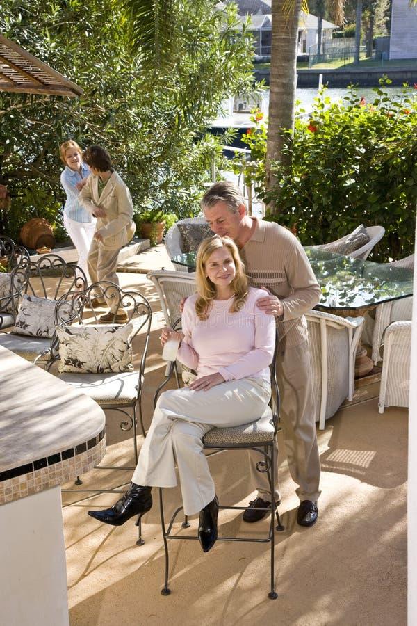Famille sur le patio ensoleillé photo libre de droits