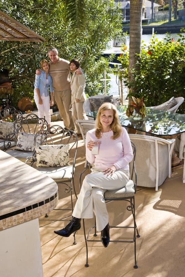 Famille sur le patio ensoleillé photo stock