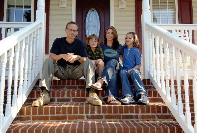Famille sur le porche avant images libres de droits