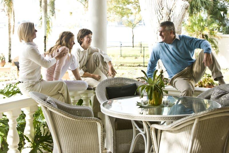 Famille sur le porche ensoleillé images libres de droits