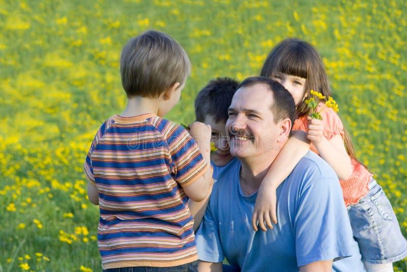 Famille sur le pré photo libre de droits