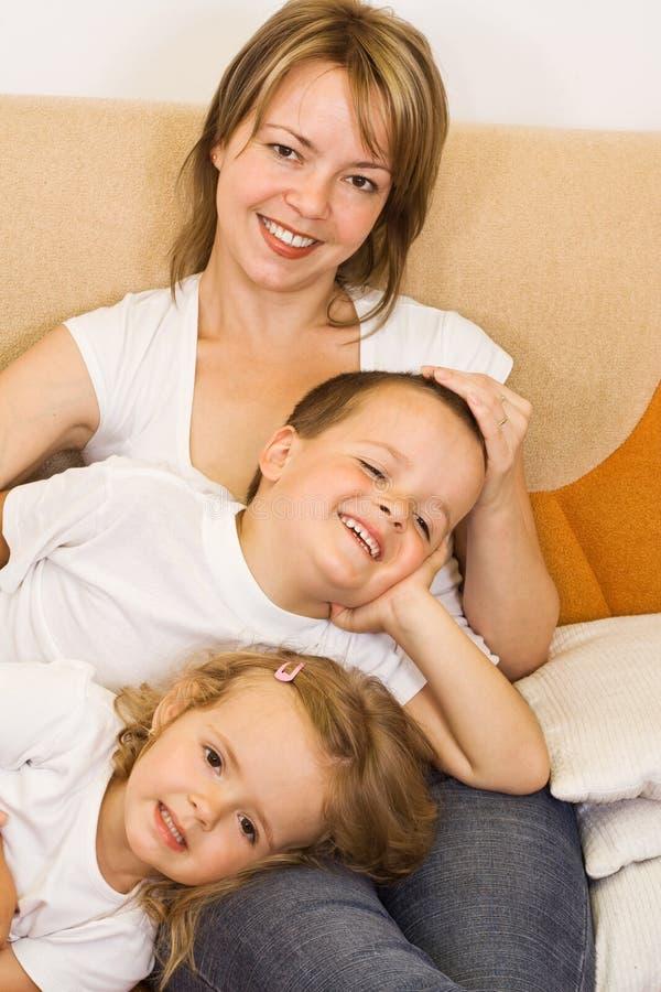 Famille sur le sofa images libres de droits