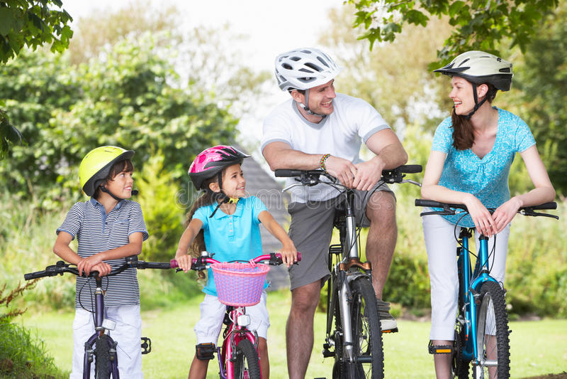 Famille sur le tour de cycle dans la campagne image libre de droits