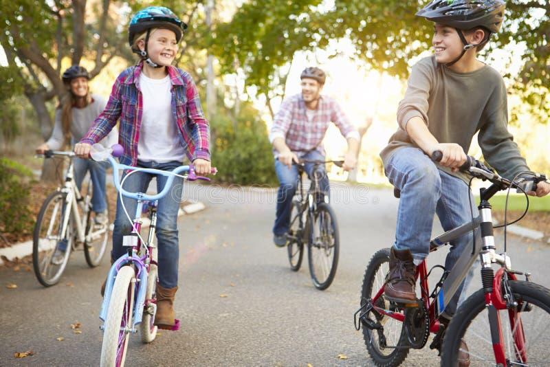 Famille sur le tour de cycle dans la campagne photos libres de droits
