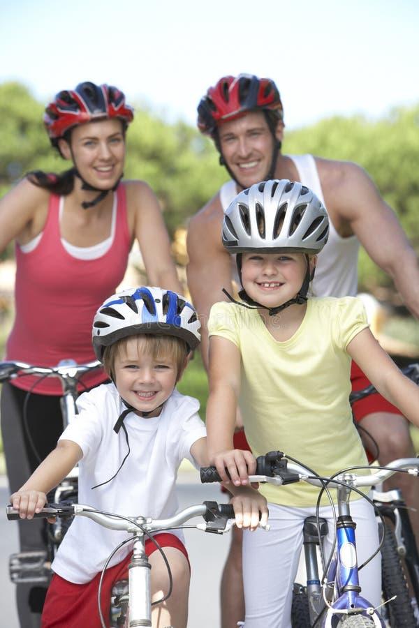Famille sur le tour de cycle ensemble photo libre de droits