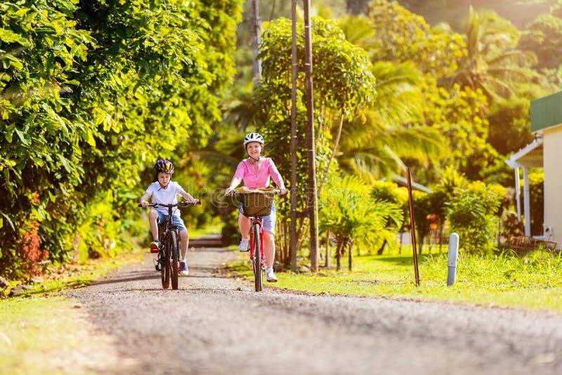 Famille sur le tour de vélo photographie stock libre de droits