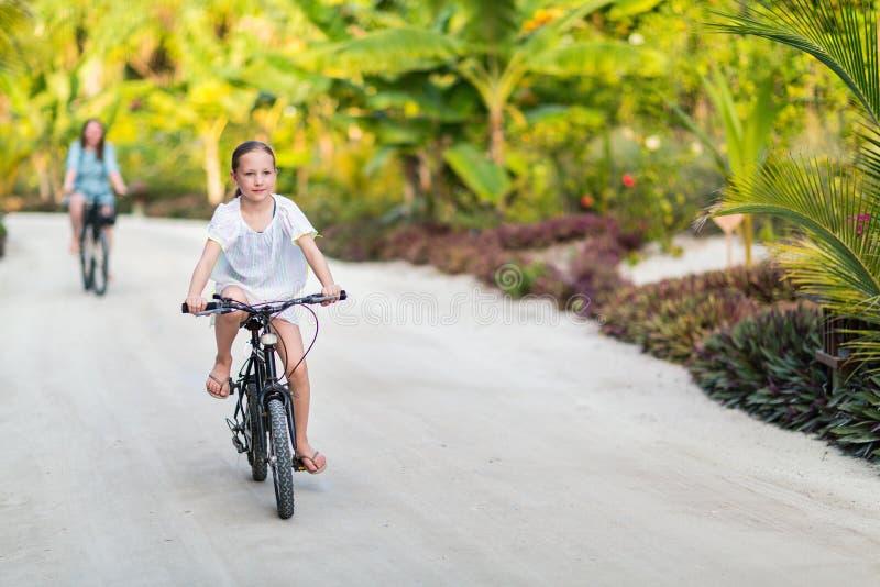 Famille sur le tour de vélo image stock