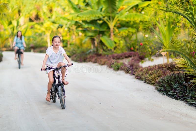 Famille sur le tour de vélo images stock