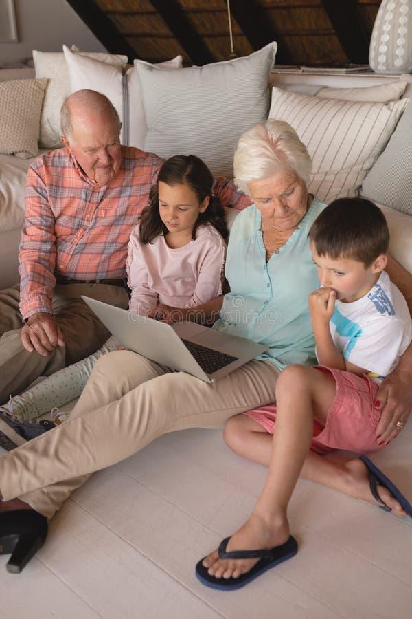 Famille sur plusieurs générations à l'aide de l'ordinateur portable images libres de droits