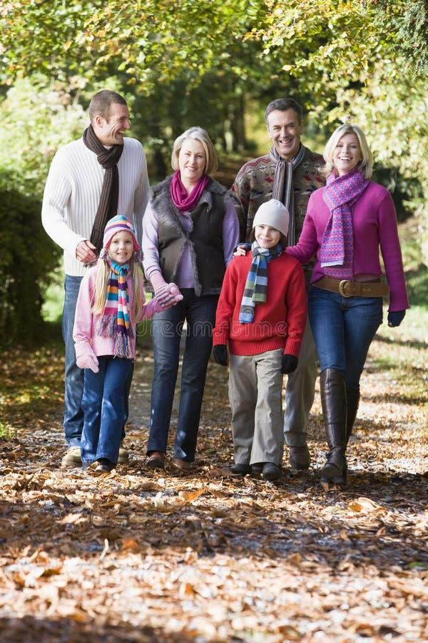 Famille sur plusieurs générations marchant par des bois image stock