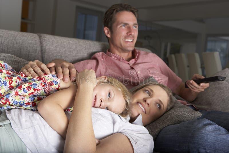Famille sur Sofa Watching TV photos libres de droits