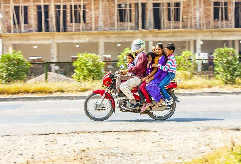 Famille sur un scooter images libres de droits