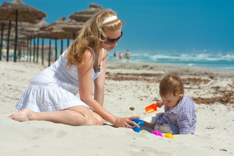 Famille sur une plage images libres de droits