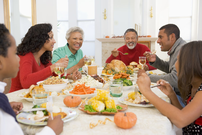 Famille tout ensemble au dîner de Noël images libres de droits