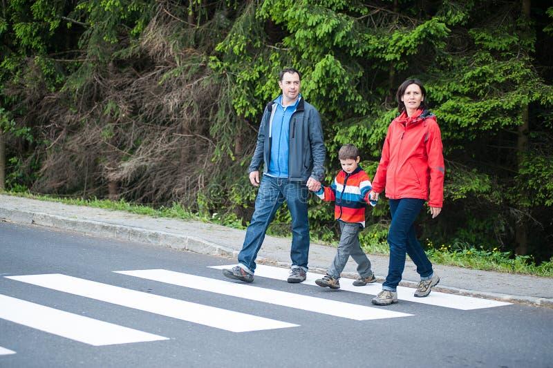 Famille traversant la route images libres de droits