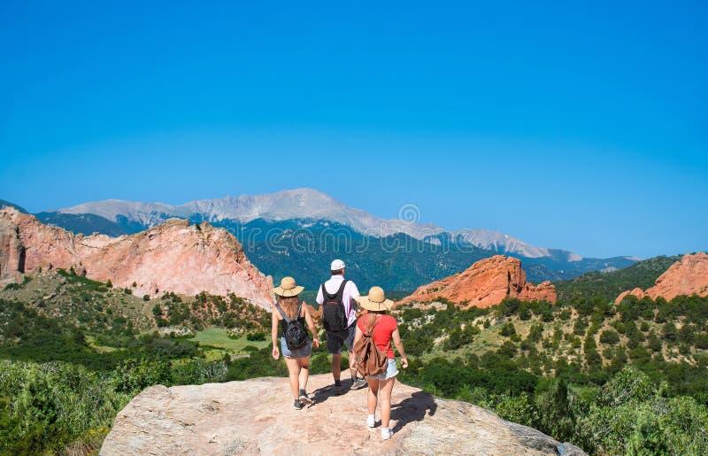 Famille trimardant en voyage de vacances dans le Colorado photo libre de droits