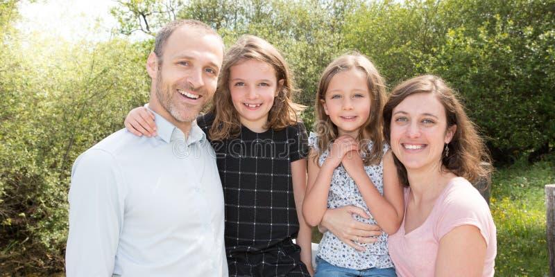 Famille un jour de promenade dans la campagne posant le sourire photos libres de droits
