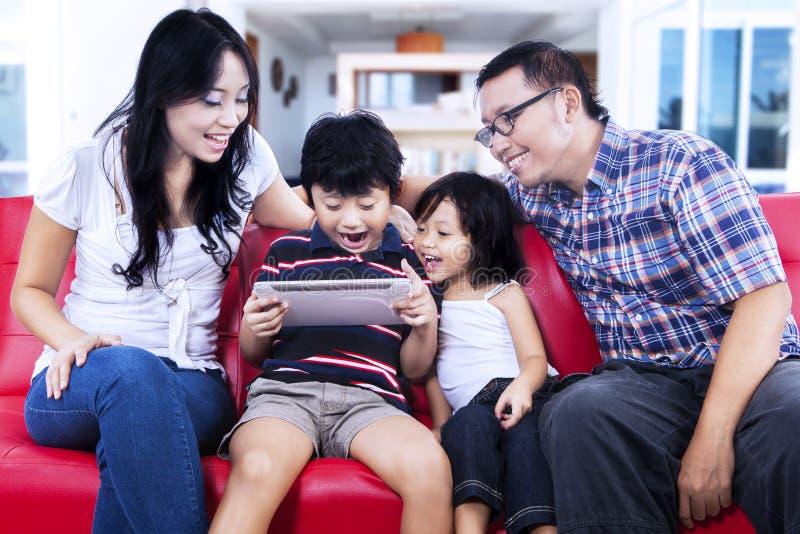 Famille utilisant le comprimé numérique image libre de droits