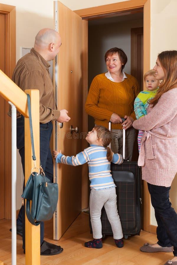Famille venant chez la grand-mère avec le bagage images stock